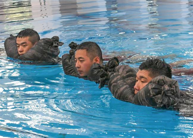 전투수영 교관화 교육.jpg